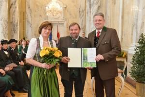 Im Beisein seiner Gattin erhielt ÖR Hans Harsch das Ehrendekret aus den Händen des BM Andrä Rupprechter Fotoquelle: BMLFUW, Christopher Fischer