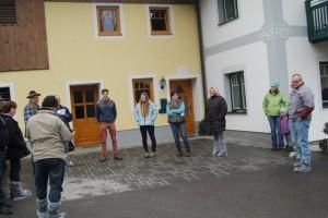 Die Besucher lauschten interessiert den Ausführungen der Betriebsleiter (Foto: Tröstl)