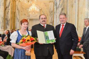 ÖR Karl Braunsteiner mit Gattin bei der Verleihung des Berufstitels durch BM Andrä Rupprechter (Quelle: BMLFUW - Fuchs)